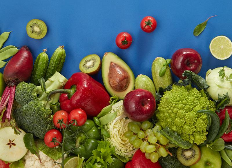 frutas e verduras sob uma mesa azul
